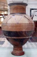 Керамическая вааза с геометризированным орнаментом
